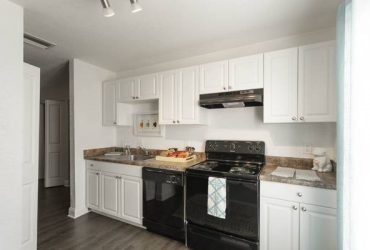 $1260 / 2br – 1248ft2 – Modern kitchen with white cabinetry, Ceiling fans , Bark park