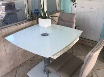 Free Extendable Table (Hollywood)