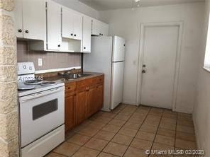 $1200 / 2br – Apartment in a duplex 2/1, close to I95 in Hallandale Beach. (Hallandale Beach)