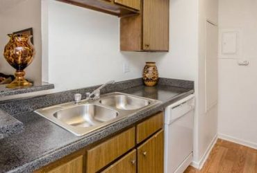 $899 / 2br – Package Receiving, Close to Schools, Close to Freeway