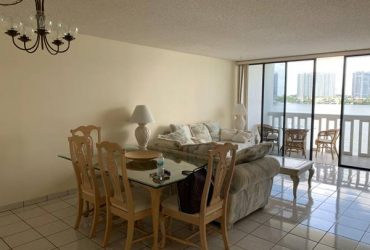 FREE -complete Dinin ,living roon, beds, lamps, tables (SUNNY ISLES BEACH)
