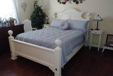 Free Queen Bedframe and 2 Nightstands (Fort Lauderdale)