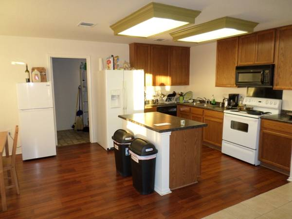 $550 Very Large Room, Clean Roommates, Speedy Wifi, Available Aug 1! (William Cannon and I 35)