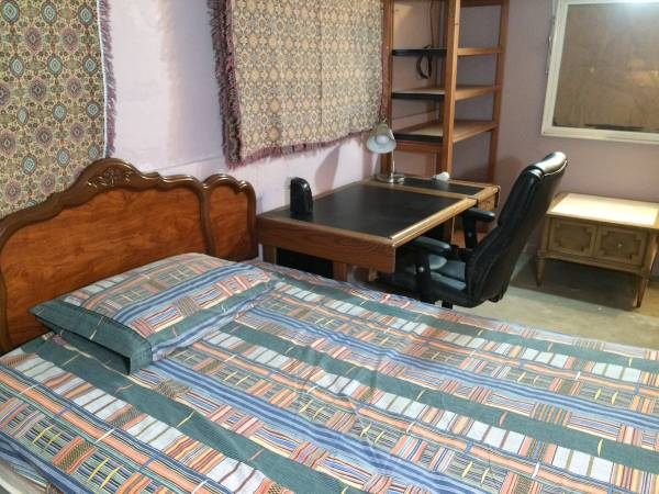 $350 Cosy Sleeping Room (West Rogers Pk. (Touhy and Western))