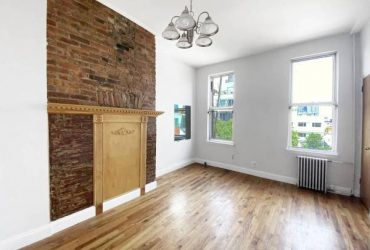 $1275 Beautiful room with private bathroom in heart of Greenpoint! (greenpoint)