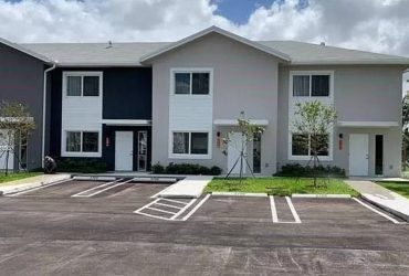$950 Room for rent with bathroom in townhouse (Miami Gardens)