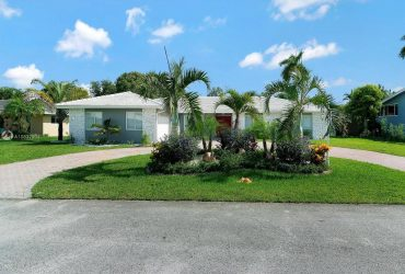 $3900 / 4br – renowned Country Club of Miami Estates! This breathtaking 4 bed/2 bath (6851 S Winged Foot Dr)