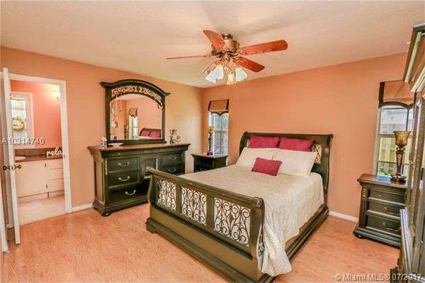 Wood Queen Bedroom Set with Armoire (South Miami/Kendall)