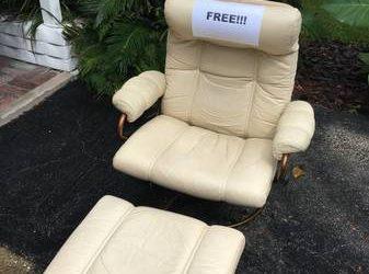 Curb Alert! Leather chair w/ ottoman (Orlando)