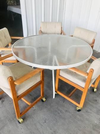 FREE TABLE & CHAIRS (Ocoee)