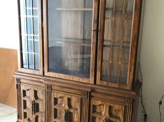 China cabinet real wood. solid old style nice. (Fort Lauderdale,)