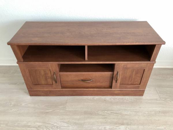FREE FURNITURE. BIG BED, BARSTOOLS, TABLE, DRESSER, LOUNGE TABLE. (Palm Beach Island)
