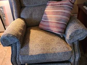 Recliner FREE…still works great just showing its been loved 😉 (Dunedin)