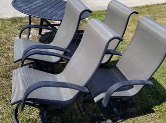Curb Alert: Patio table and 4 chairs (Debary)